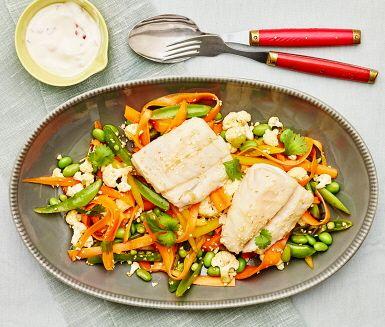 Att marinera råa grönsaker är ett enkelt sätt att tillsätta mer smak och samtidigt bevara alla vitaminer. Låt torsken sjuda i fiskbuljong med ingefära och servera tillsammans med chiliyoghurt och grönsakerna.
