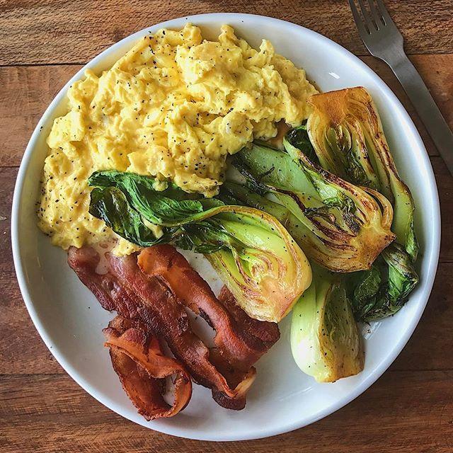 Double-tap if you're in a #breakfast for dinner type of mood. Eggs with goat cheese + bacon 😎 + leftover sautéed baby bok choy (from yesterday's IG Live). This is a satisfying low-carb, hi-protein meal. Boom. (traducción abajo) ----- Haz doble clic si te gusta cenar con comidas m típicas de desayuno. Huevos con queso de cabra + tocino 😎 + sobras de bok choy salteado (preparada ayer en mi sesión de IG Live). Este plato es abundante y tiene mucha proteína y poco carbohidratos. Bum. #lunch…