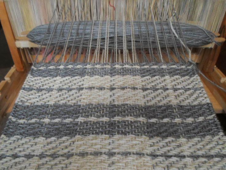 Bufanda en telar de alto lizo con simple pero hermoso diseño tartan para  media estación. Woven scarf with tartan design.