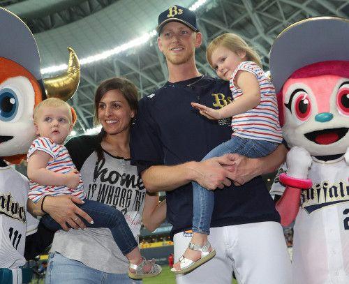 【オリックス】ディクソン5勝目、3歳長女抱いてお立ち台 : スポーツ報知