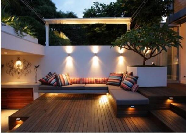Strakke lounge tuin, hout gecombineerd met wit