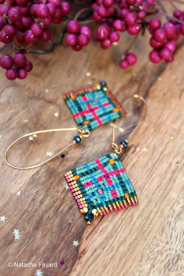 Boucles d'oreilles longues tissées en micro macramé motif écossais / tartan - Miyuki delica doré