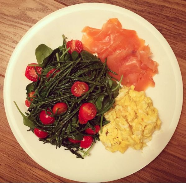 BREAKFAST: Smoked Salmon, 2 Lg eggs scrambled with parmesan,  fresh spinach, samphire, and tomatoes! Yum!  instagram.com/clean_eating_alice