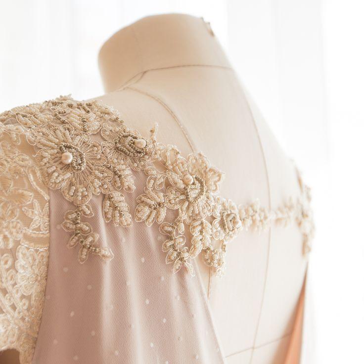 Ручная вышивка на платьях всегда добавляет сказки и нежности образу. А натуральный жемчуг дари благородство