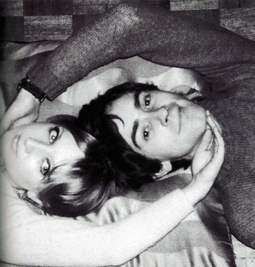 portrait. Celia Birtwell & Ossie Clark( 1967). Celia Birtwell, CBE (sinh năm 1941), là một người Anh thiết kế dệt may và thiết kế thời trang, nổi tiếng với táo bạo, lãng mạn và nữ tính thiết kế đặc biệt của mình, mà rút ra những ảnh hưởng từ Picasso, Matisse và từ thế giới cổ điển. Cô nổi tiếng với các bản in của cô mà hình ảnh thu nhỏ những năm 1960/70. Sau một thời gian xa ánh đèn sân khấu, cô đã trở lại với thời trang