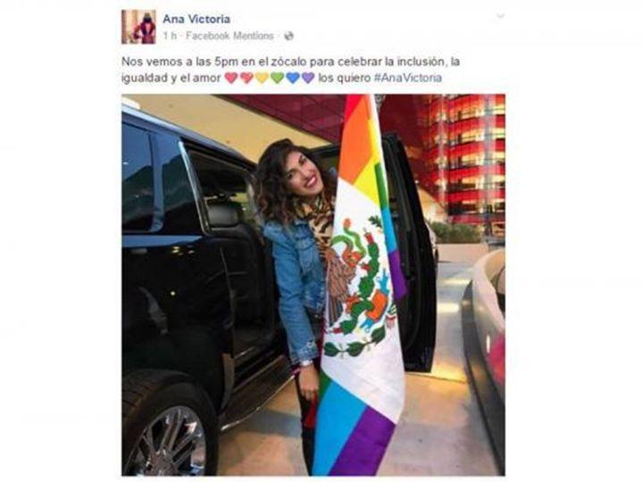 <p>* La cantante publicó en su cuenta de Facebook una fotografía en donde sostiene la Bandera de México con los colores del orgullo LGBTTTI</p>  <p>Ciudad