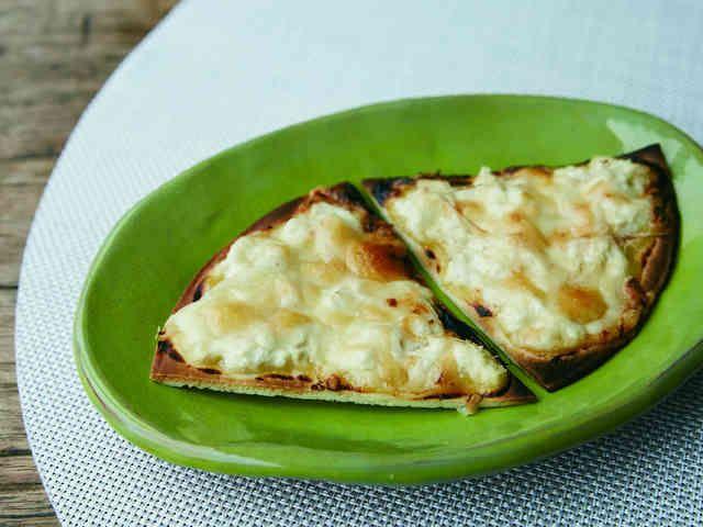 白味噌と豆腐と生姜のピザ    身近にある発酵食品「味噌」を使ったレシピです。  材料 (1枚分) ピザ生地 1枚 白味噌 約80g 甘酒 約40ml 木綿豆腐 1/2丁(約150g) 溶けるチーズ 約80g 生姜 ひとかけら 作り方 1 白味噌を少量の甘酒でのばし、ピザソースくらいやわらかくする。(甘酒の代わりに水でも代用可) 2 ピザ生地に1を塗り、その上に水をきってくずした木綿豆腐をのせる。 3 さらに細切りの生姜、溶けるチーズを乗せて、トースターやオーブンで焦げ目がつくまで焼く。(目安は3~4分) 4 チーズに焦げ目がついたら出来上がり。お好みで生姜汁をかけるのも○。 コツ・ポイント ※ピザ生地の大きさに合わせて、適宜材料の量を調整してください。 ※白味噌や甘酒の甘さが製品により異なりますので、レシピの量を目安にお好みの味に調整してください。