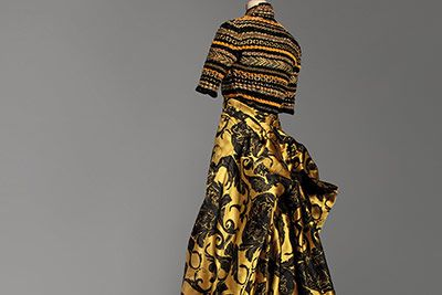 「PARIS オートクチュール展mdah世界に一つだけの服」が東京・丸の内の三菱一号美術館で開催。期間は、2016年3月4日(金)から5月22日(日)まで。 左)クリスチャン・ラクロワ《クー・ド・ルー...