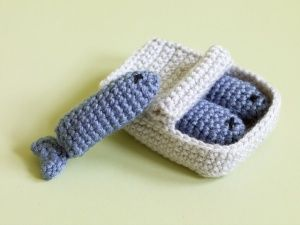 Amigurumi Sardines Cat Toy - free crochet pattern.  See? Told you I was getting sucked in...