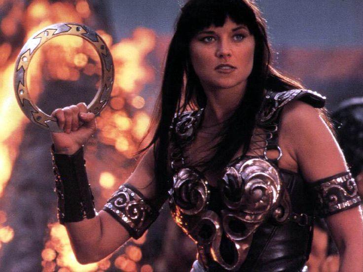 """Xéna la Guerrière ! Non mais, entre l'armure classe et sexy et ce fichu disque de métal (que j'ai apprit se nomme """"Chakram""""...mais il a fallut attendre pour que je sache ça -_-') ! J'étais trop fan quand j'étais petite. Et si aujourd'hui je peux trouver ça kitch, j'ai toujours les yeux qui pétillent en regardant. Et puis, c'était amusant de voir Hercules débarquer dans des épisodes de Xéna ou l'inverse ! ^^"""