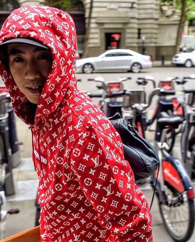 Na moda não se fala em outra coisa além da colaboração entre a @louisvuitton e @supremenewyork - que como Vogue contou começou a ser vendida ontem em oito pop-up stores espalhadas pelo mundo. Filas e mais filas se formaram nos espaços dedicados à coleção-cápsula - em Londres mais de 400 pessoas esperaram em frente à loja - que reúnem itens que vão de bandanas jeans jaquetas peças com prints militares a seis modelos de bolsa; um kit completo de skate com shape e rodinhas também foi…