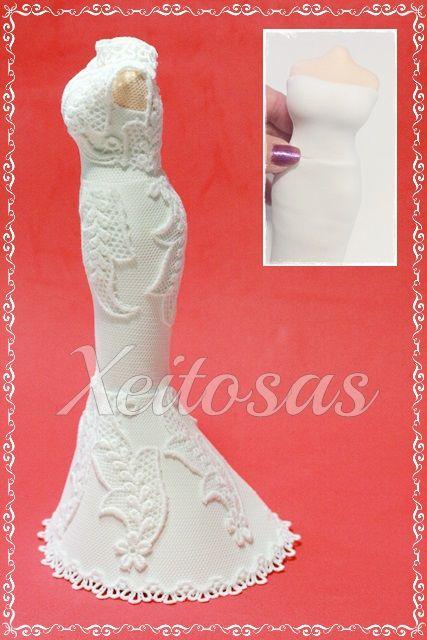 Vestido para fofucha novia realizado en goma eva sobre un cuerpo de porexpan tallado a mano. Cubierto todo con tul y puntilla.  Es un trabajo de Xeitosas: ww.xeitosas.com