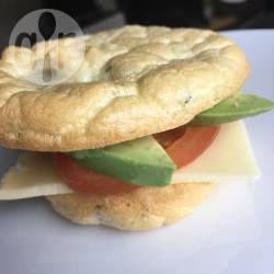 """Sandwich op glutenvrij """"brood"""", cloud bread genaamd. De broodjes zijn gemaakt met slechts 3 ingrediënten: roomkaas, eieren en bakpoeder. Ik heb de broodjes even laten afkoelen en toen belegd met kaas, tomaat en avocado."""