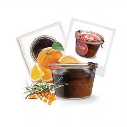 Ladys und Gentleman,  wir stellen den Kuchen im Glas des Monats November vor: den Sanddorn-Orangen-Kuchen im Glas. Teaser: dunkler Rührteig verfeinert mit Sanddorn-Fruchtzubereitung und leckerem Orangen-Granulat und dunkler Glasur