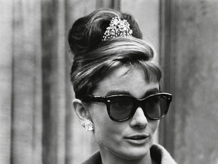 Audrey Hepburn lleva los lentes Wayfarer de Ray-ban.