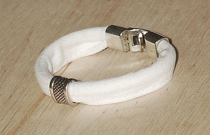 Biała jeansówka z klamrą White jeans bracelet with a buckle