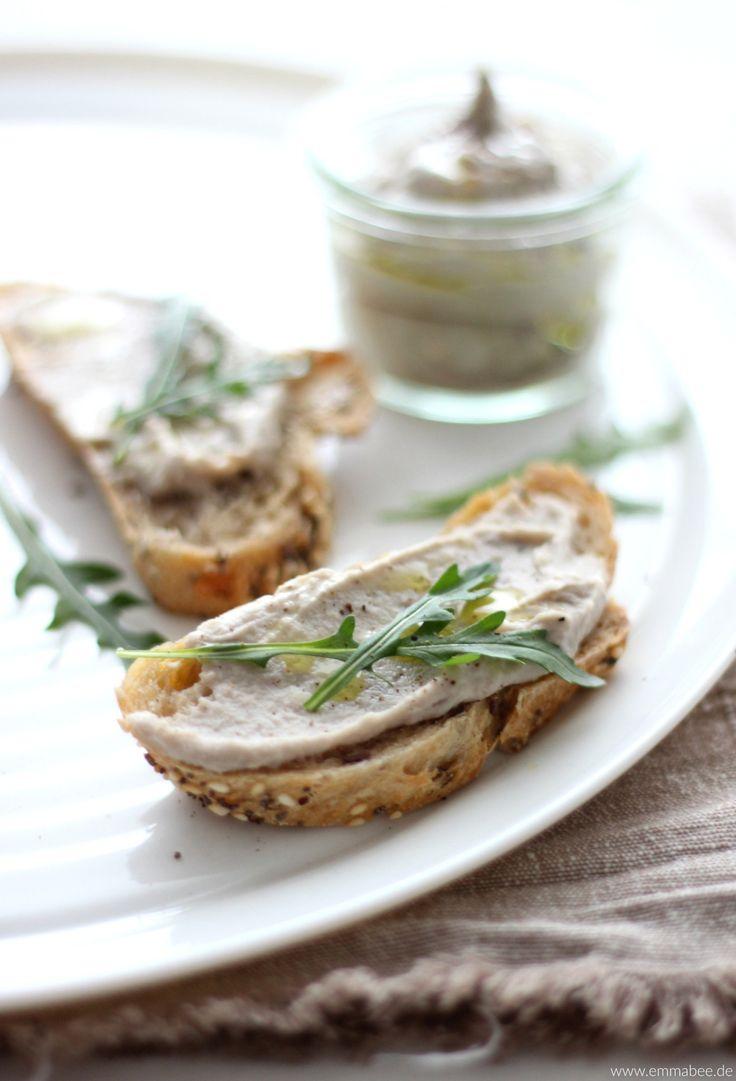 Köstliches Kastanien-Hummus - lecker, gesund, sättigend und in wenigen Minuten zubereitet. Das Rezept findest Du auf: http://emmabee.de/2016/01/30/eine-neue-serie-und-kastanien-hummus-mit-jede-menge-super-power/
