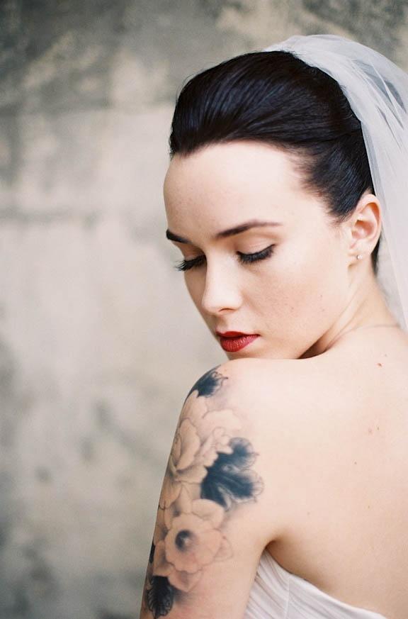 Beautiful tattooed bride / via Rock n Roll Bride / photography by featherandstone.com.au