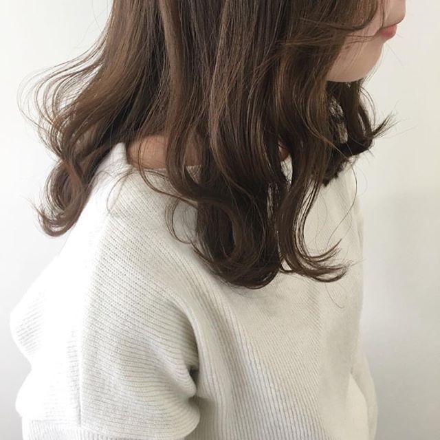 今回ご紹介するのは @miyuwada さんのヘアカラー。 ナチュラルな外国人風カラーを出すなら アッシュベースの落ち着いたトーンがおすすめです。  #regram #locari #locari_hair #ロカリ #ロカリヘア #ヘア #ヘアスタイル #ヘアカラー #ヘアアレンジ  #アッシュ #外国人風カラー #hair #hairarrange #haircolor #hairstyle