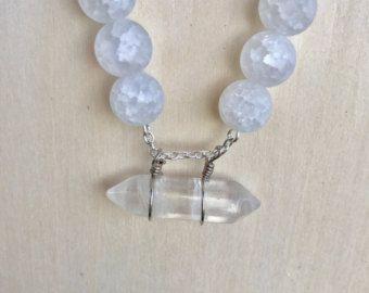 Articoli simili a Corone di cristallo chiaro di cristallo e perle bianche, collana, collana di istruzione, bianco perla e collana di cristallo di nozze su Etsy