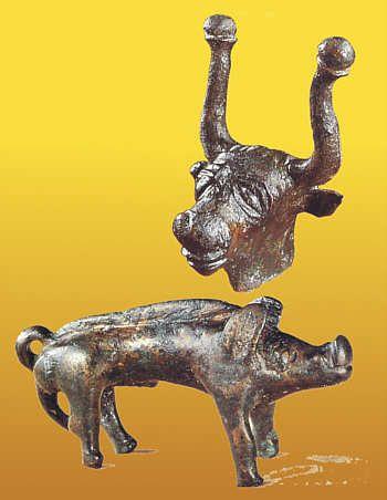 Die Kelten Tierfiguren  Stierkopf und Eber, möglicherweise in den Werkstätten der keltischen Siedlung Altenburg entstanden  Altenburg, Ende 2./ 1. Jh v. Chr..  Zeitspuren. Archäologisches aus Baden S. 120
