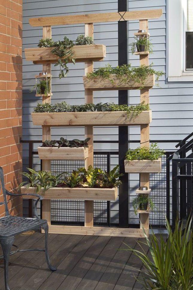 Οι παλέτες που βλέπουμε τόσο συχνά να σηκώνουν τα καταναλωτικά μας βάρη μπορούν να χρησιμέψουν για να ομορφύνουν τον κήπο ή το μπαλκόνι μας ...