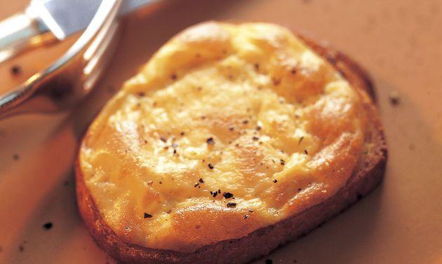 Croûtes au fromage valaisanne: Chauffer le beurre à rôtir dans une poêle et y griller les tranches de pain. Arroser de vin blanc et déposer sur une plaque ...