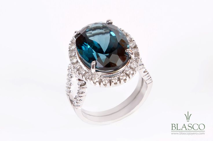 Sortija de oro blanco de 18 kilates, con topacio azul talla oval, color London Blue y diamantes talla brillante – PVP 2.880€  #joyeria #blascojoyero #Murcia #joyas #jewels #jewellery #jewelry #rings
