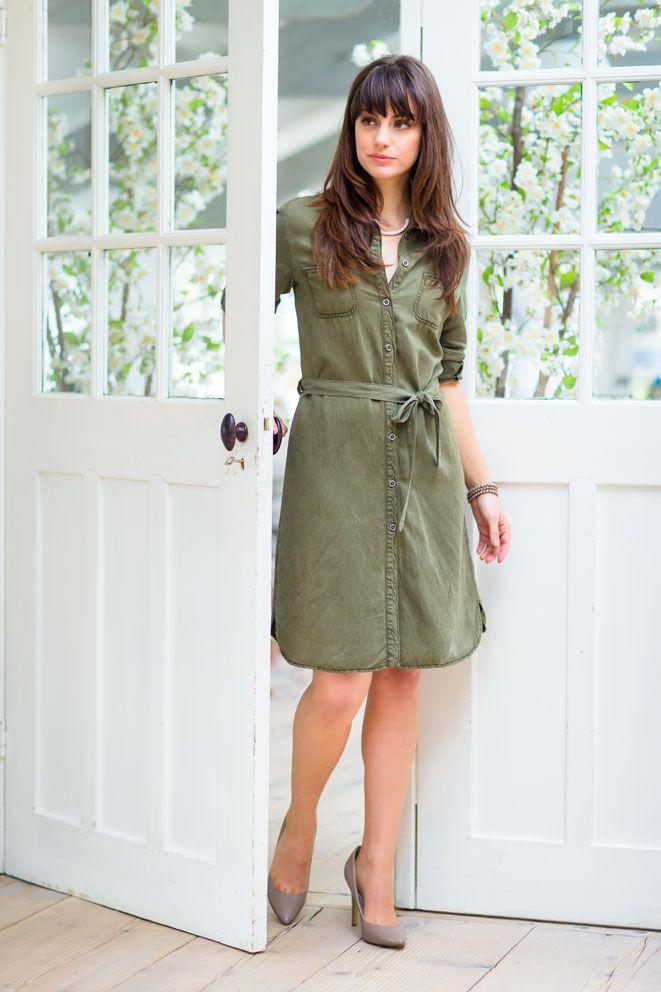 Kaki groene jurk met lange (ophaal-) mouwen en een opstaande kraag. #promiss