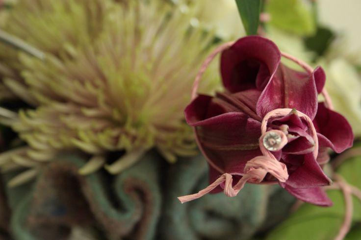 Lelie en chrysant op moderne wijze verwerkt in een boeket