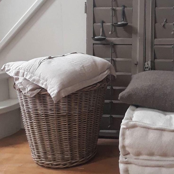 """Deze matraskussens kocht ik onlangs bij de @xenos_nl. Ze liggen ook op de B&B. Je kan er op zitten maar ook heerlijk je benen languit op leggen als je op de bank zit. Vandaag een vrije dag met allemaal """"klusjes"""". Hopelijk voor iedereen er En mooie zonnige dag! #matraskussens #xenos #landelijkesfeer #sober #stoer #sfeer #interieur #home"""