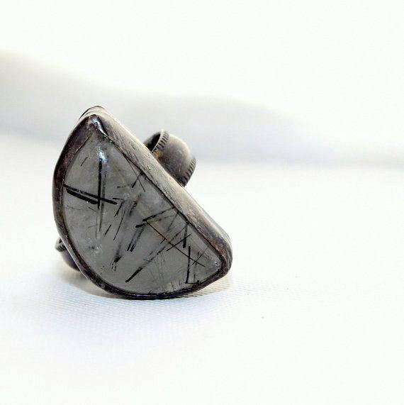 Anneau de Pierre noir et blanc, noir tourmilated quartzring, bague en argent sterling oxydé, taille 7, anneau de déclaration demi-lune