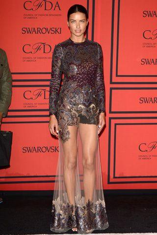 CFDA Awards 2013: #AdrianaLima con uno de los #looks más arriesgados de la noche, un #minivestido con una capa transparente a modo de sobrefalda, de #Givenchy.