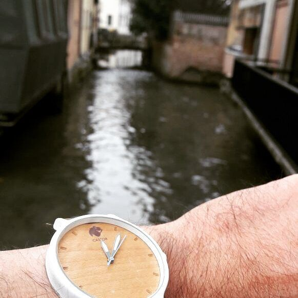 En Treviso la ciudad amurallada con un Castor Andes . Desde Italia   gentileza de @gugabru. Diseño nacional por el mundo. Conoce nuestra colección en www.castor-watches.com  gratis a todo #chile #castorwatches #castorandes #italia #treviso #reloj #relojes #watch #watches #diseñochileno #relojesdemadera #woodenwatch