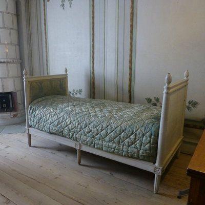 Cette chambre suédoise du château de Gripsholm, en Suède, fait la part belle au style Gustavien avec un beau lit aux pieds cannelés et à la patine claire.