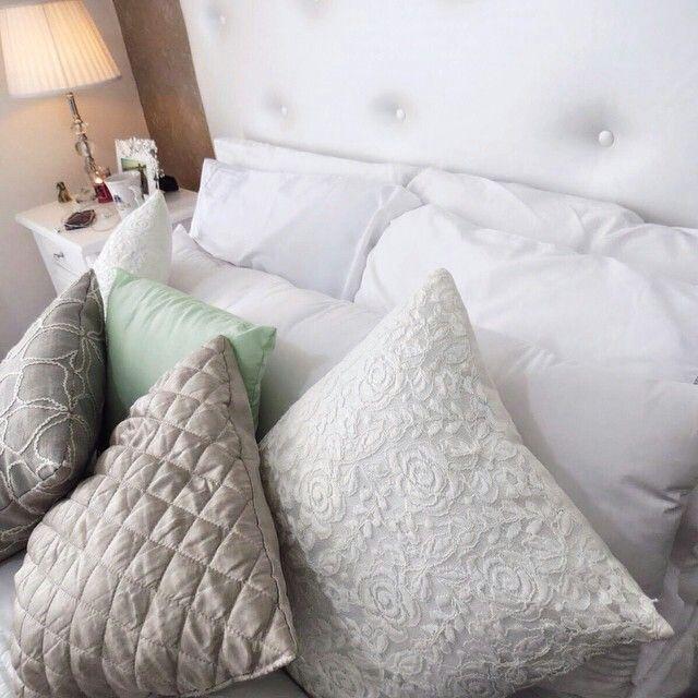 Jeito de arrumar travesseiros na cama.