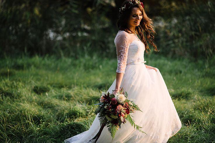 INNA Studio_bridal bouquet / kwiaty na sesje / kwiaty w kolorze marsala / bukiet ślubny na sesje / wianek na sesje /  fot. Dreameye Studio