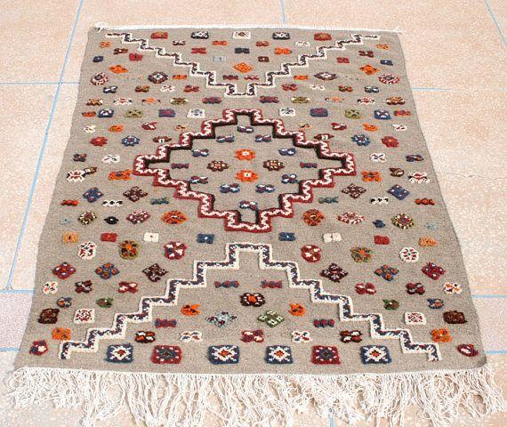 Kelim Teppich, Bestickter Kelim Teppich, Grauer Teppich, Marokkanischer Teppich, Wandbehang, Kinderzimmer Deko, Kinderzimmer Teppich 1 x 150
