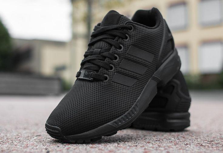 Le modèle ZX Flux a pris celui de ZX 8000 de 1989 comme modèle et arrive également avec le système torsion stabilisé qui soutient la métatarse tout en permettant une rotation naturelle entre l'arrière et l'avant du pied. La sneaker est livré dans une large gamme de couleur et le design futuriste.