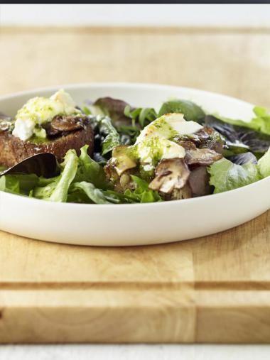Salade geitenkaas met gemarineerde champignons en pesto  http://njam.tv/recepten/salade-geitenkaas-met-gemarineerde-champignons-en-pesto