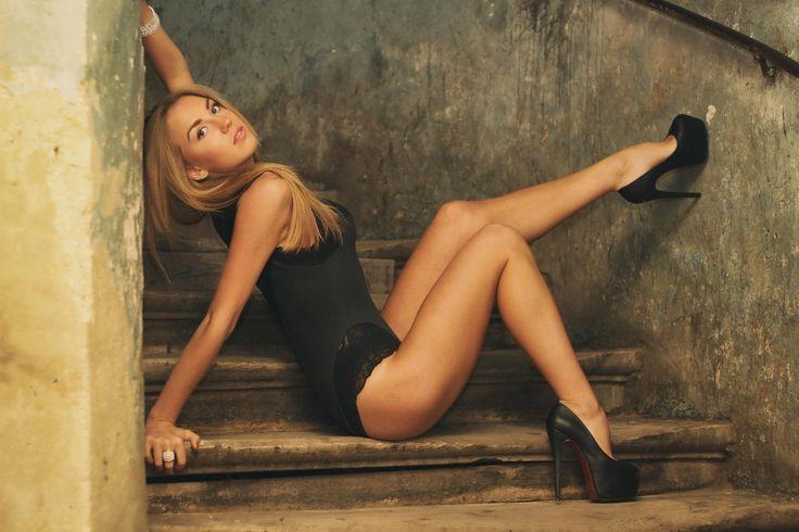 Hintergrundbilder : Modell-, blond, lange Haare, Sitzung, High Heels, Fotografie, schwarzes Haar, Mode, Treppe, Schwarze Dessous, Person, Kleidung, M…