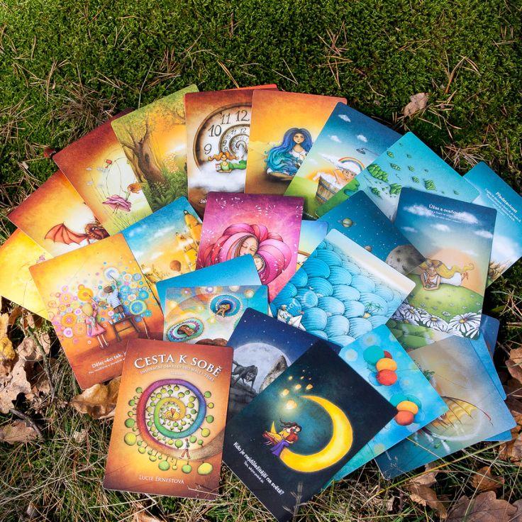 Cesta k sobě v krabičce - Lucie Ernestová – 32 inspiračních karet velikosti 12 x 17 cm v krabičce z tvrdého papíru. Na zadní straně každé karty je krátký inspirační text k tématům, která nám pomáhají #cestaksobě #inspiračníkarty #vnitřnírozvoj
