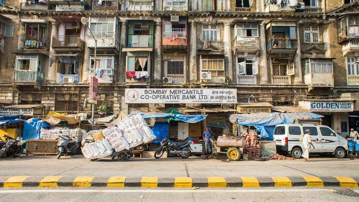 Of wij nog een goede accomodatie weten in Mumbai, want nu betaalt ze zo'n 1000 Rupees in haar eentje. We moeten haar teleurstellen: zelf slapen we weliswaar iets goedkoper, maar in een kamer die meer op een politiecel lijkt en waar we in de gedeelde badkamer in de openlucht tijdens het douchen de duivenpoep moeten ontwijken. Null Bazaar, Mumbai (India) #streetview #Bombay #India