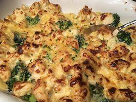 Gevulde pasta (ravioli, tortelloni) met broccoli, kip en kaassaus uit de oven