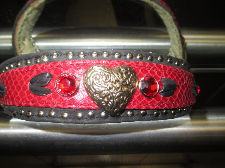Halsband,Schwarz-rot ,für Mädchen mit Herz.3 sehr schöne Goldherzen ,Rubinrote Straßsteine ,schwarze Lederherzen eingestickt....