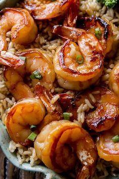crevettes marinées au miel et à l'ail: - 50 g de miel - 30 ml de sauce soja - 1 cuillère à soupe d'ail haché - 1 cuillère à soupe de gingembre haché (facultatif) - 500 g de crevettes crues (pelées et déveinées si possible) - 2 cuillères à café d'huile d'olive - de la ciboule