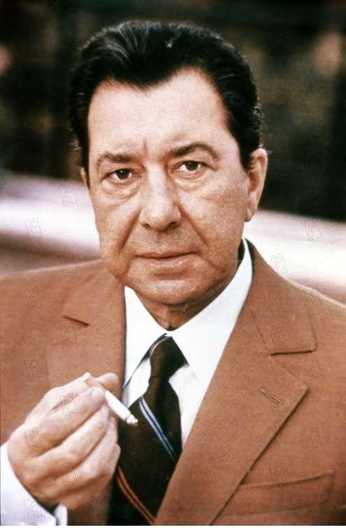 Paul Meurisse (1912-1979). Il est né à Dunkerque, son père est directeur de la société générale de cette ville. Il sera clerc de notaire, puis fera du cabaret (où il chante), il se lance dans le théâtre et joue Anouilh, Guitry, entre autres. Son premier film sera :...