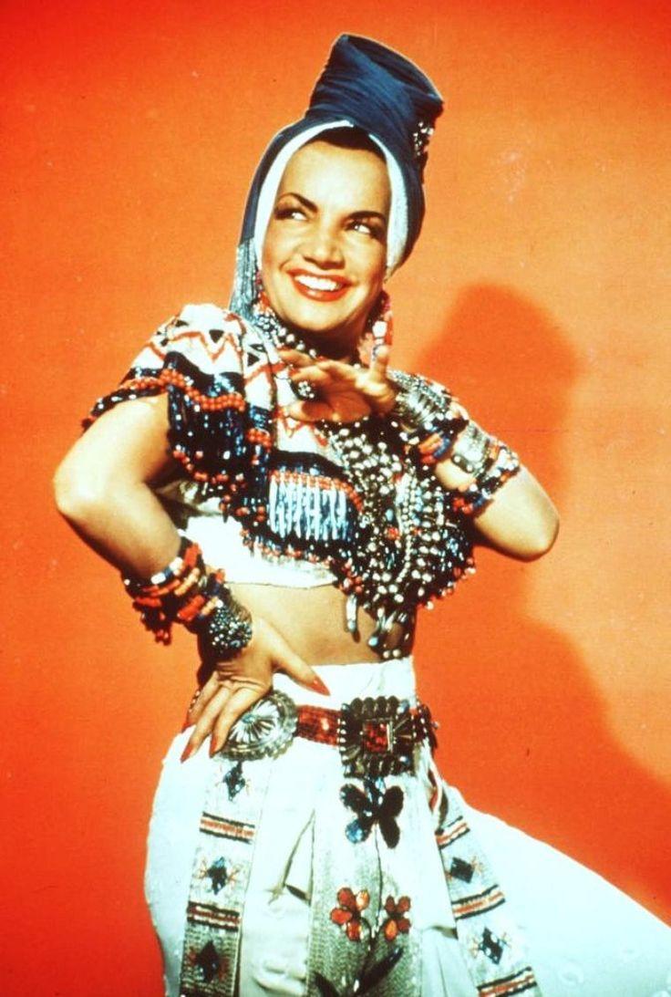 Maria Do CARMO MIRANDA, dite Carmen MIRANDA, née le 9 février 1909 à Marco de Canaveses (Portugal), décédée le 5 août 1955 à Beverly Hills (Californie, États-Unis d'Amérique), est une actrice et chanteuse luso-brésilienne. Surnommée « la bombe brésilienne », elle fit preuve d'un indiscutable tempérament comique et participa à beaucoup de comédies musicales, latino-américaines dans les années 1940, à la 20th Century Fox.