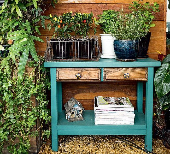 O aparador turquesa fica na varanda do paisagista Odilon Claro. Ali ficam apoiados vasos de uma pequena horta