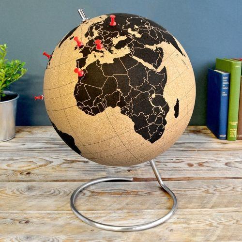 Wij verzamelden voor jou enkele gadgets voor in huis, waarmee je altijd in de reismodus blijft. Ze herinneren je aan reizen die je al gemaakt hebt, bestemmingen die je nog wil zien en zorgen ervoor dat je met je spaargeld maar één doel hebt; opnieuw vertrekken. Bekijk ze via @TravelRumors #travel #gadgets #airpart #moleskin #Scratch map #Kurken #wereldbol